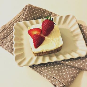 Cheesecake fragole e nocciole
